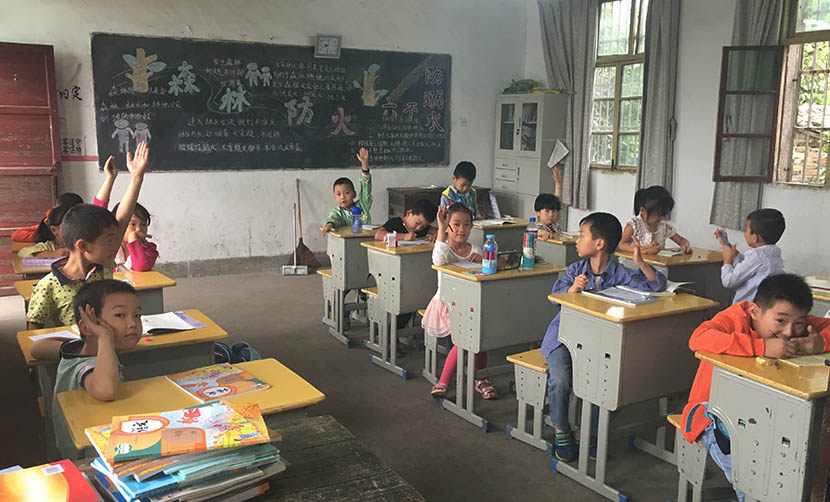 Students participate during class at the primary school in Huaitang Village, Anhui province, Sept. 6, 2016. Ni Dandan/Sixth Tone