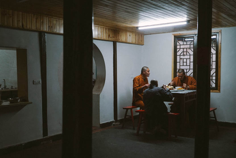 Shi Mengxin eats a meal with fellow monks at Pu'an Temple in Wenzhou, Zhejiang province, Feb. 21, 2017. Wu Yue/Sixth Tone