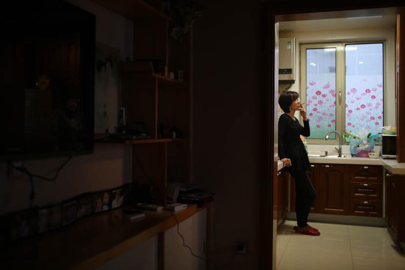 Xu Jinghong smokes at home in Beijing, Dec. 27, 2014. Quan Yi/Sixth Tone