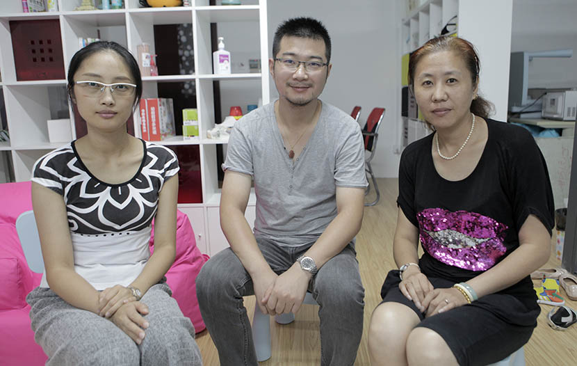 Parents Peggy Zhang, Wang Junkai, and Xi Qiong (left to right) wait for their children to finish English class, Aug. 14, 2016. Andy Boreham/Sixth Tone