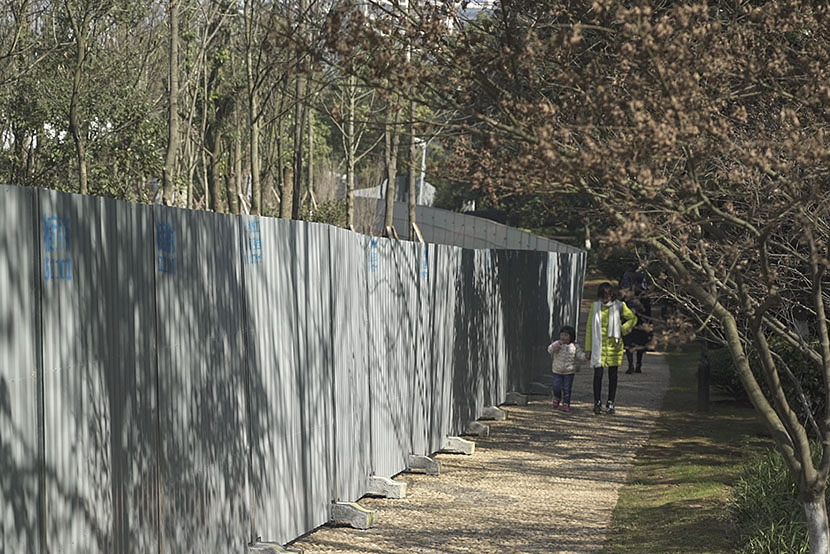 Entry to the site of the new Xingsha church is blocked by a tall corrugated-iron barrier in Changsha County, Hunan province, Feb. 12, 2017. Many who came to get a closer look at the mega-church and park left disappointed. Wu Yue/Sixth Tone